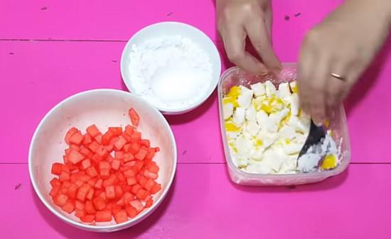 Cách làm sữa chua mít - đổ bột năng vào từng bát