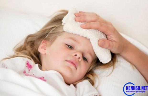 hạ sốt cho trẻ bằng phương pháp dân gian - đắp khăn mát