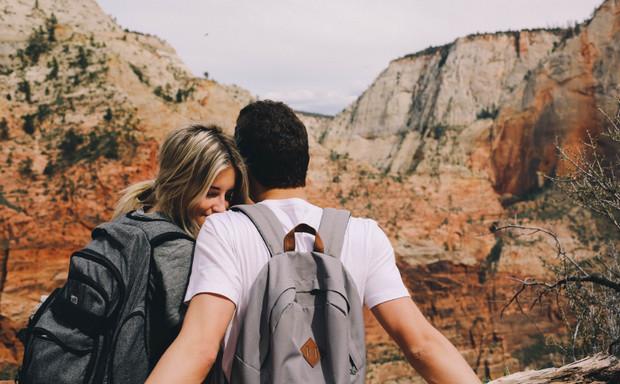 dấu hiệu crush thích bạn - Luôn chủ động chia sẻ tâm sự cùng bạn