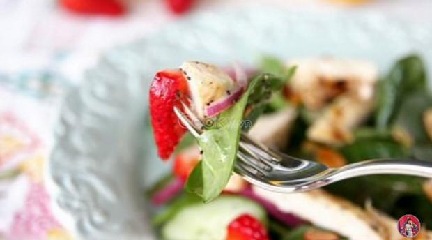 Salad dâu tây với rau bina