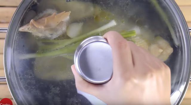 Cách luộc gà ngon - đợi vung để 20 phút