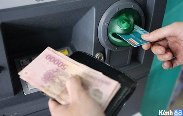 Không nên sử dụng thẻ tín dụng để rút tiền mặt