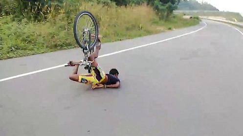 thanh niên đi xe đạp ngã sml